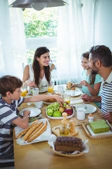 Famille heureuse, prenant son petit déjeuner
