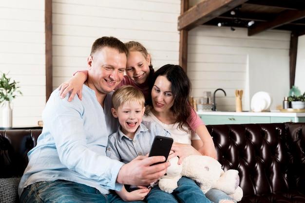 Famille heureuse, prendre, selfie, ensemble