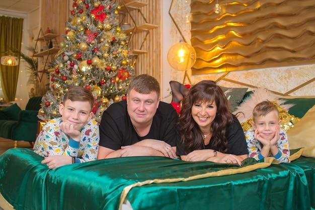 Famille heureuse près de sapin de noël à noël avec enfants