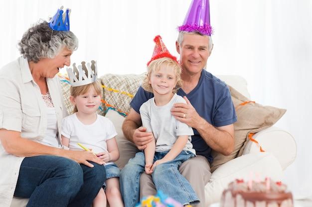 Famille heureuse en regardant la caméra un anniversaire