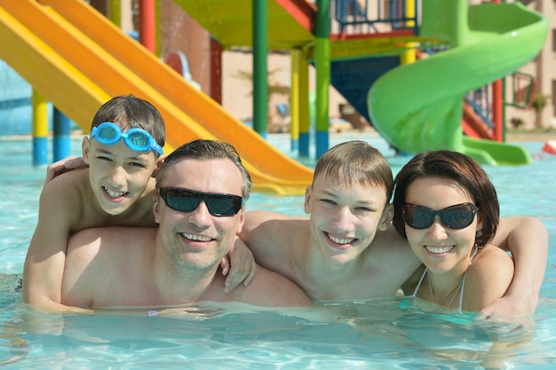 Famille heureuse s'amusant dans une piscine