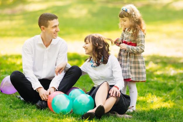 Une famille heureuse s'amuse sur la pelouse