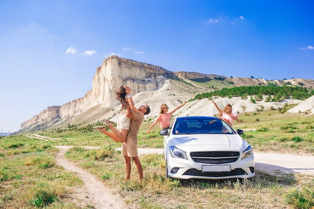 Une famille heureuse s'amuse en vacances dans une nature magnifique sur leur voyage en voiture