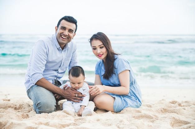Famille heureuse, s'amuser ensemble pendant les vacances à la plage