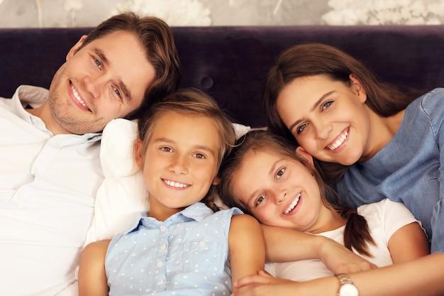 Famille heureuse se détendre dans la chambre d'hôtel