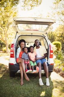 Famille heureuse, séance, sur, leur, voiture