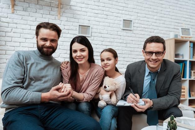 Famille heureuse à la séance de thérapie psychologique