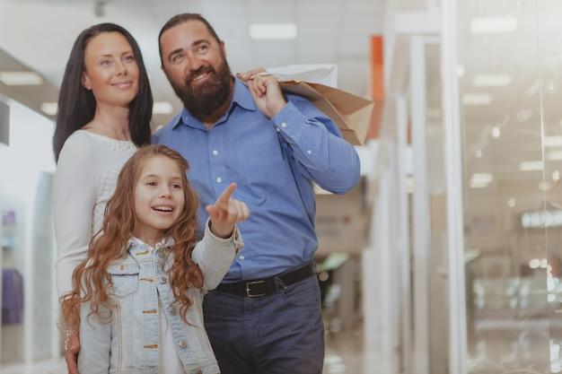 Famille heureuse shopping au centre commercial ensemble