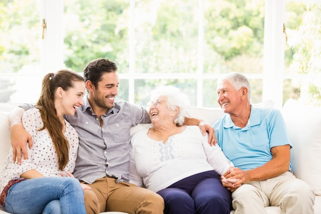 Famille heureuse souriant à la maison