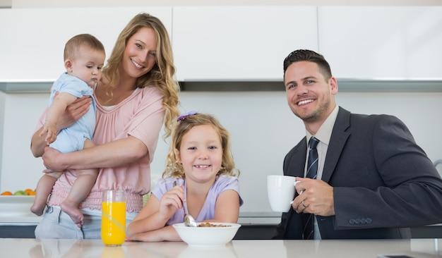 Famille heureuse à table dans la maison