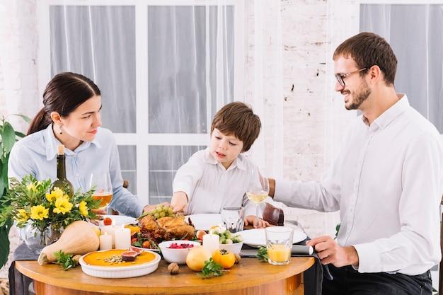 Famille heureuse à la table de fête