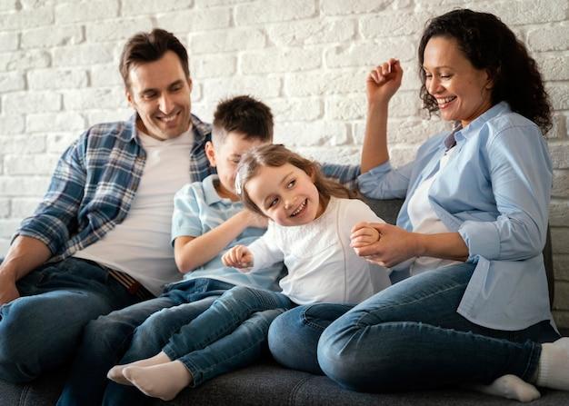 Famille heureuse de tir moyen à l'extérieur