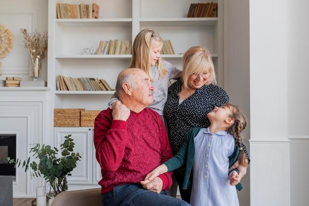 Famille heureuse de tir moyen à l'intérieur
