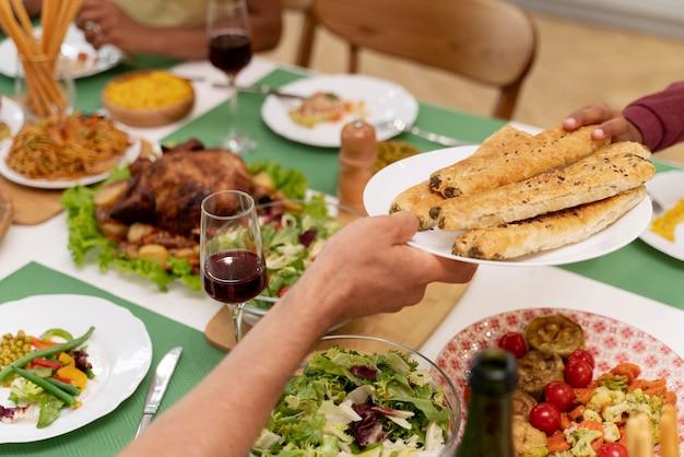 Famille heureuse en train de dîner ensemble