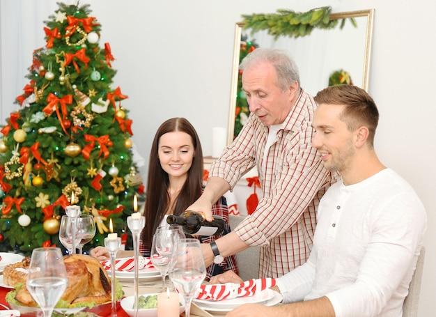 Famille heureuse en train de dîner de noël dans le salon