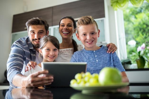 Famille heureuse, utilisation, tablette numérique