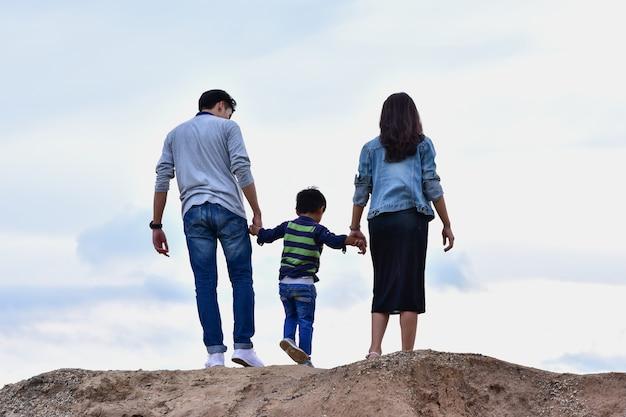 Famille heureuse en vacances en famille