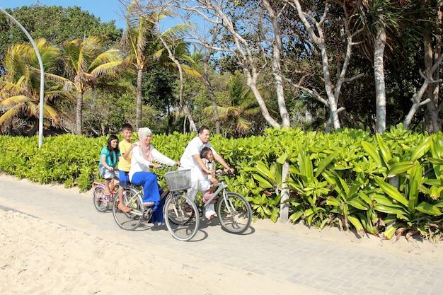Famille heureuse, à, vélos