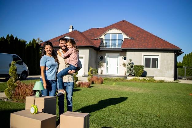 Une famille heureuse vient d'acheter une nouvelle maison et d'emménager.