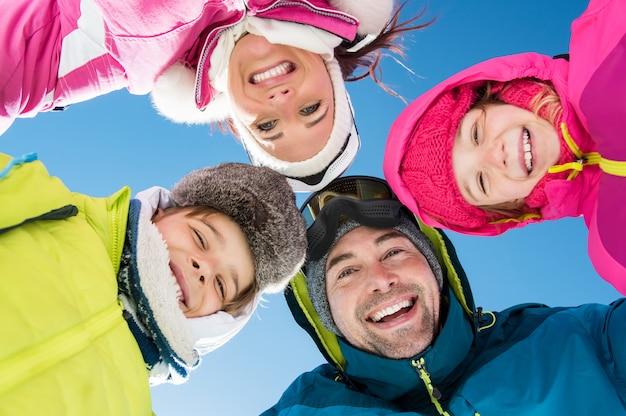 Famille d'hiver heureuse