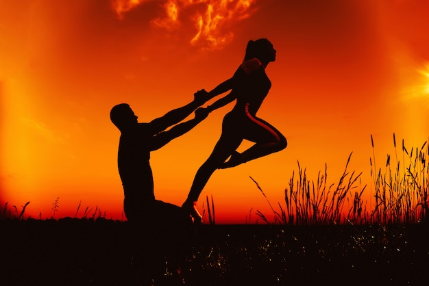 Famille un homme et une fille font un exercice de gymnastique pour l'étirement et l'équilibre