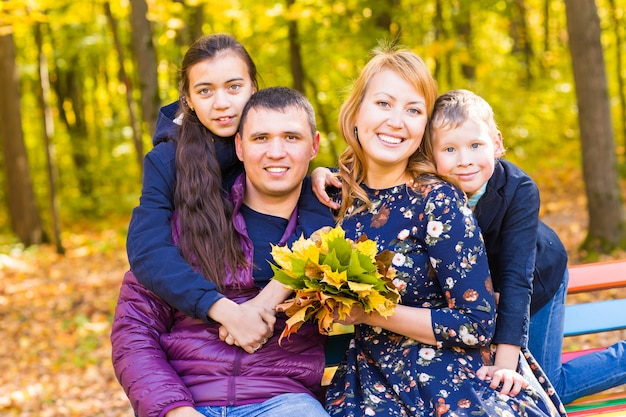 Famille hppy dans le parc de l'automne.