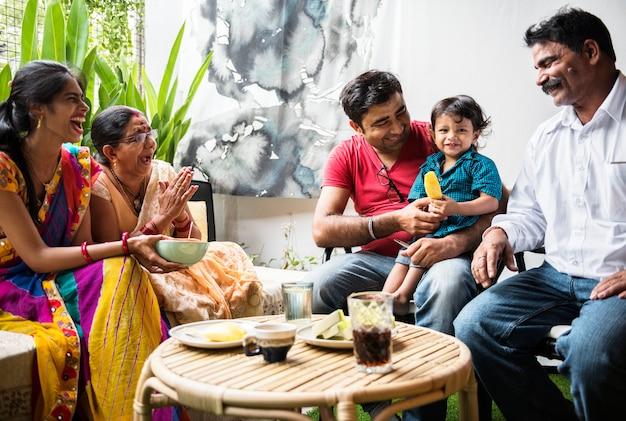 Une famille indienne heureuse