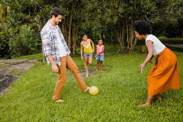 Famille jouant au football