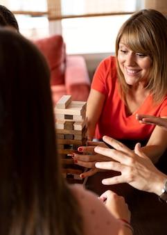 Famille jouant au jeu d'empilement à la maison