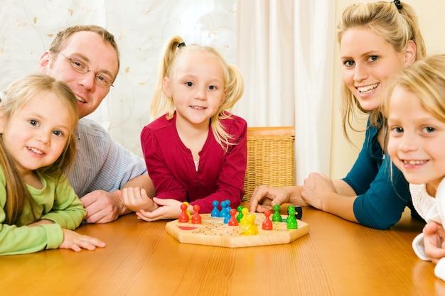 Famille jouant au jeu de société