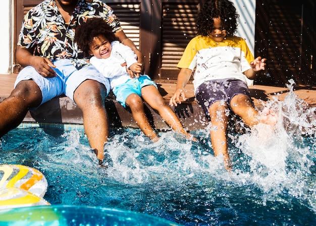 Famille jouant dans une piscine