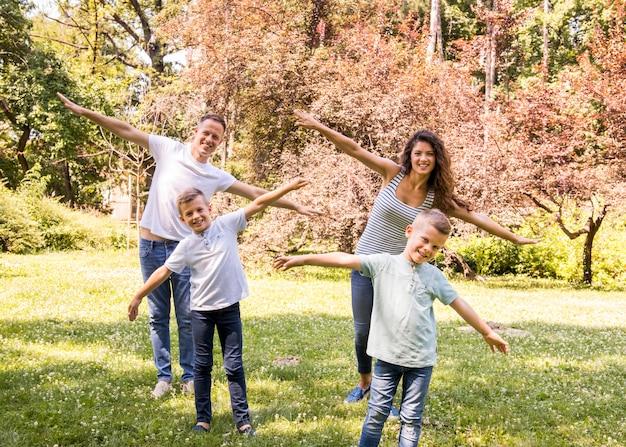 Famille jouant ensemble à l'extérieur