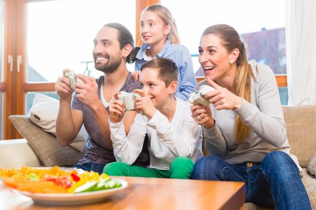Famille jouant à des jeux vidéo ensemble
