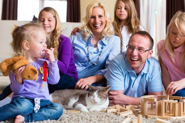 Famille jouant à la maison