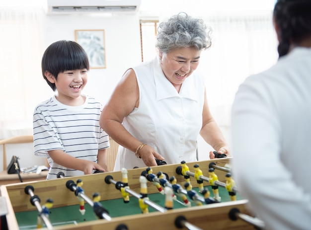 Famille, jouer table football, ensemble