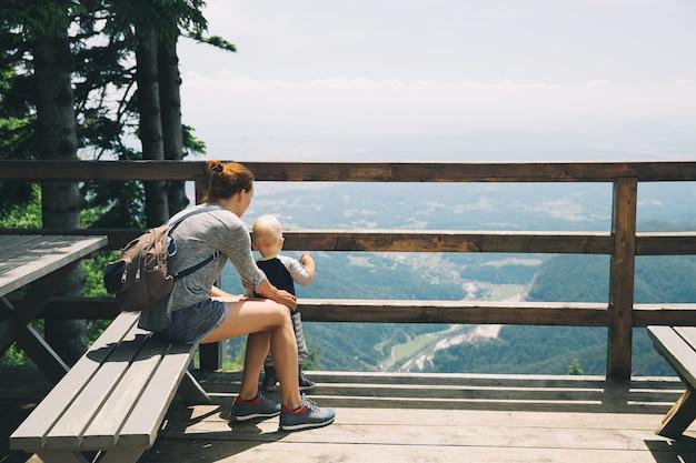 Famille le jour de trekking dans les montagnes concept de style de vie de voyage
