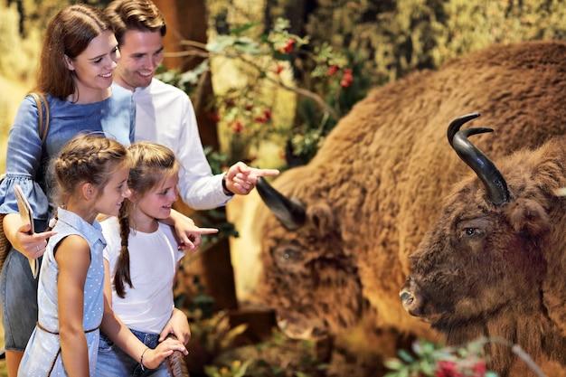 Famille joyeuse dans le musée de la nature