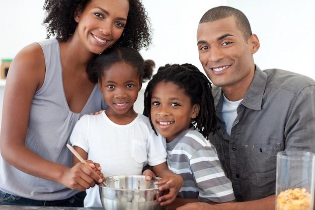 Famille joyeuse, faire des biscuits ensemble