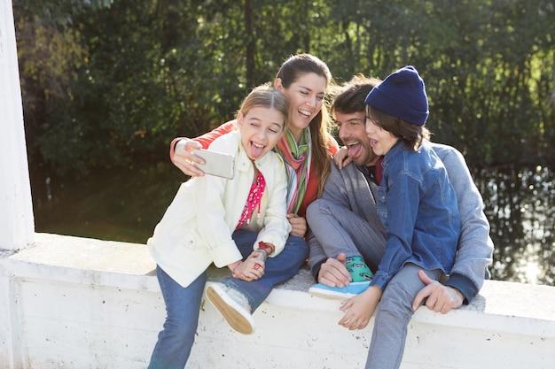 Famille joyful montrant langues