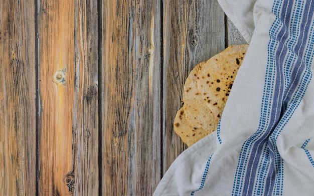 Famille juive célébrant la pâque azyme de la fête du pain sans levain juif