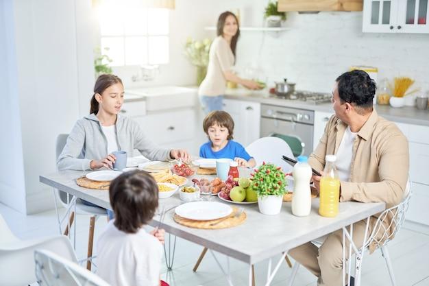 Famille latine en train de dîner ensemble à la maison femme servant un repas pour son mari et