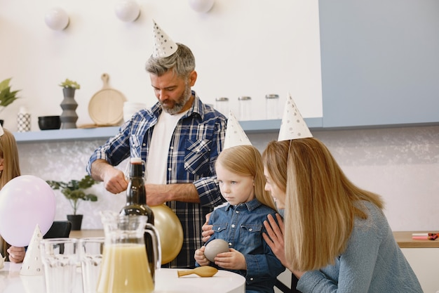 La famille et leur fille ont une célébration. la mère parle à sa fille sérieuse.