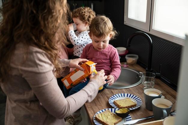 Famille lgbt ensemble dans la cuisine