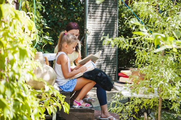 Famille avec des livres sur le porche