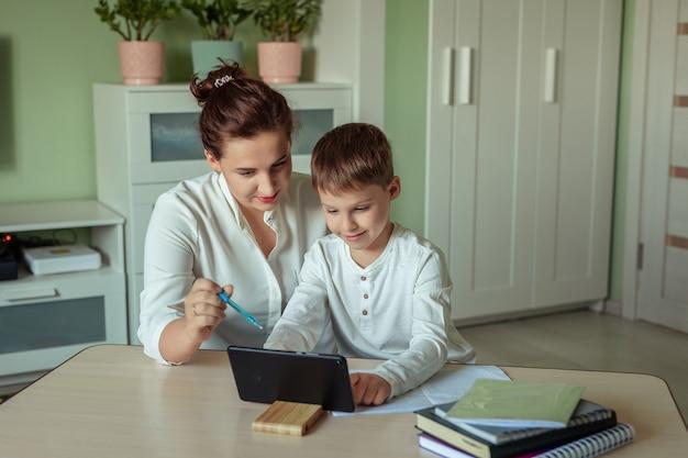 Famille, maman fils, joyeusement, devoirs, dans salle, utilisation, tablette