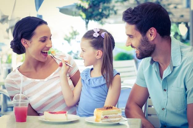 Une famille mangeant au restaurant