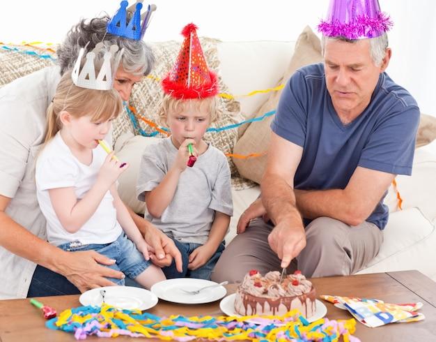 Famille mangeant le gâteau d'anniversaire ensemble