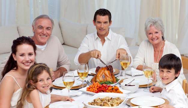 Famille, manger de la dinde et des légumes dans un repas de fête