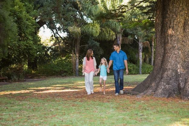 Famille marchant dans un parc