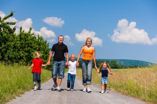 Famille marchant dans le sentier d'été